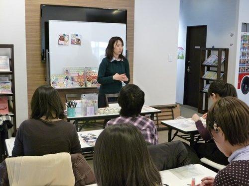 今回のスクラップブッキング教室の講師を務めてくださった澄川先生。