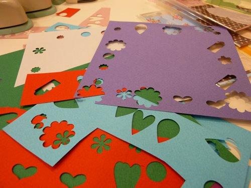 色のついたペーパーを型抜きした装飾を貼り付けるとかわいさが増します。